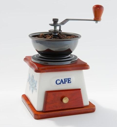 Pretože čerstvá káva má výraznú chuť, arómu a bohatšiu penu