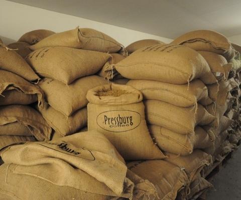 Starostlivo vyberáme iba kvalitné odrodové kávy